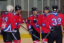 Hokejisté Uherského Hradiště se raduí po jedné ze vstřelených branek.