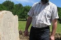 Starosta Vlčnova Jan Pijáček poklepal na základní kámen čističky odpadních vod.