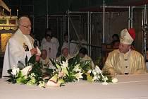Páter Jaroslav Cigoš z Velehradu (vlevo) si při mši svaté, kterou sloužil olomoucký arcibiskup Jan Graubner, připomněl šedesát let kněžské služby.