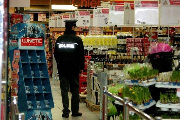 Velkou evakuaci zažil v pondělí 2. ledna těsně po poledni supermarket Interspar ve Starém Městě. Podle prvních informací vyhrožoval anonym odpálením bomby, pokud mu nevyplatí sto tisíc korun. Poplach se naštěstí ukázal jako falešný.