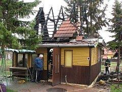 Požár chaty pravděpodobně způsobil vadný komín.