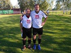 Zkušení obránci fotbalistů Uherského Ostrohu Luboš Kovařík (na snímku vlevo) a Karel Kočiš.