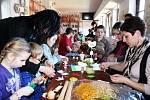 Děti si tu mohly  ozdobit velikonoční vajíčka nebo vytvořit zajíčky či kuřátka.