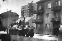 Sovětský obrněný transportér na Malinovského třídě.