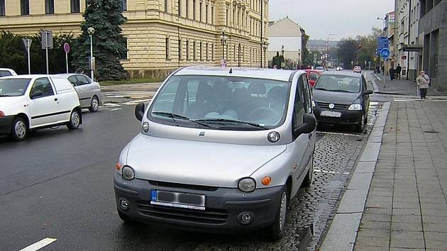 Řidiči v Uherském Hradišti parkují v jedné z nejfrekventovanějších částí města v protisměru. Nepomáhá osvěta ani pokuty.