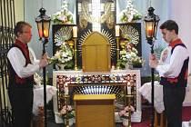 Čtrnáct ministrantů v krojích a s lampami v rukou drželo o velikonoční sobotě v kostele svatých Filipa a Jakuba v Dolním Němčí sedm hodin stráž u symbolického místa posledního odpočinku Ježíše Krista.