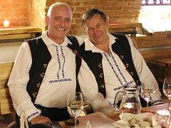 Veřejnou zkoušku v galerii vín v Hradišti si otestoval mužský sbor z Hradčovic.