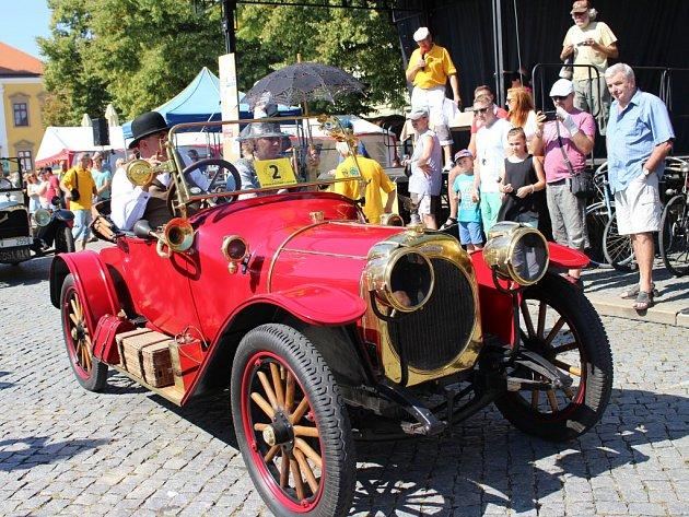 Na Masarykově náměstí se prezentovalo více než stovka historických vozů a motocyklů.