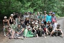 Školáci se oblékli do vojenského a vyrazili na chráněné území Kanada a také do školy, kde si mohli na závěr akce opéct špekáčky.
