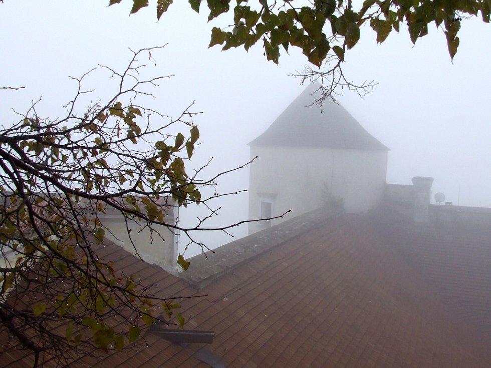 Podzimní mlhy a krůpěje rosy na větvích umocňují tajemnost hradu.