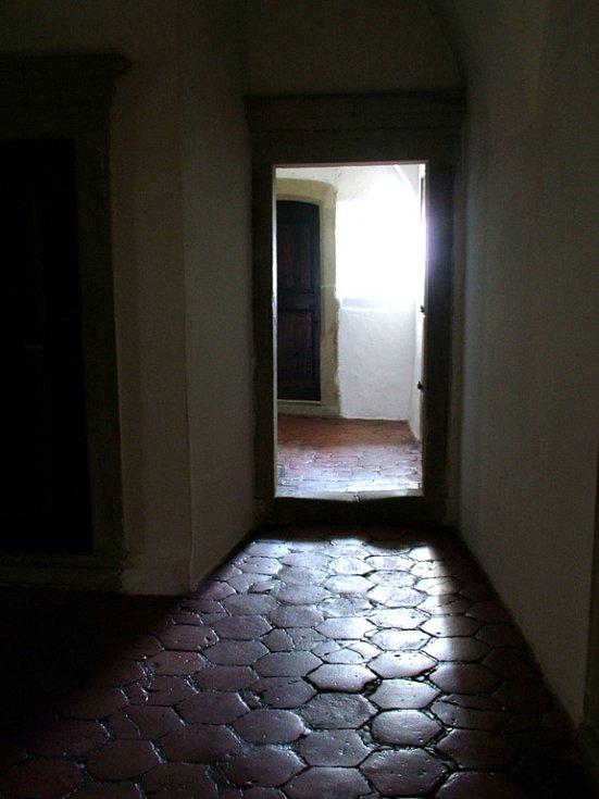 Křivolaké chodbičky a zákoutí hradu jitří fantazii příchozích.