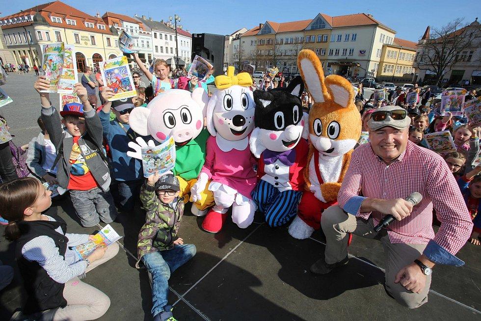 Setkání malých i velkých čtenářů s hrdiny časopisu Čtyřlístek na náměstí v Uherském Hradišti.