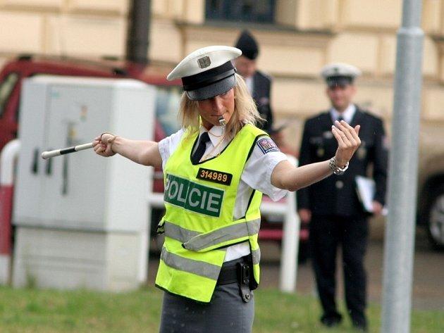 Soutěž policistů v řízení provozu na křižovatce.