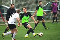 Záložník Drslavic Lukáš Pijáček (u míče) otevřel povedenou trefou gólový účet zápasu s Nezdenicemi. Další dvě branky přidal Vladimír Hroch (č. 4), domácí nakonec zvítězili s přehledem 5:0.