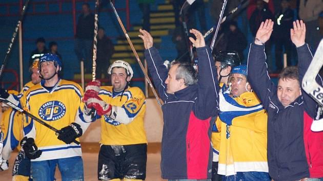 Postup do finále si při závěrečné děkovačce na ledě se svými svěřenci vychutnával i trenér Uherského Brodu Zbyněk Kůdela (zcela vpravo).