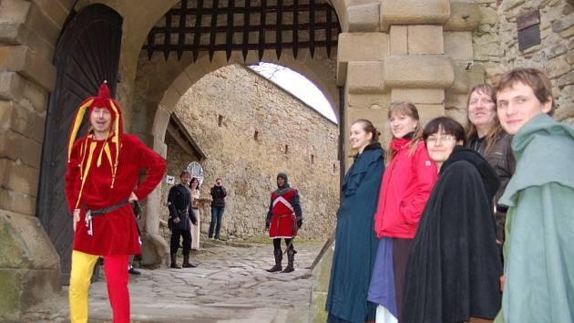 Bránu hradu Buchlova otevřel kastelán Rostislav Jošek v kostýmu kašpárka a slavnostně zahájil novou hradní sezonu. Otevření se zúčastnili také doboví šermíři, tanečníci i malý kastelánův synek Hanuš
