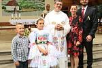 V pondělí 6. července sloužil svou první mši svatou na Svatém Antonínku Lhoťan Vojtěch Radoch. Novokněz na snímku se starostou Romanem Tuháčkem a jeho rodinou.