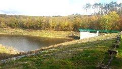 Nádrž v Osvětimanech byla kvůli opravě rok vypuštěná už se zase napouští.