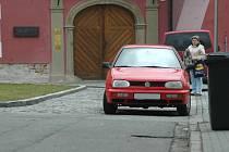 Parkování na zákazu před Slováckou galeriií v Uh. Hradišti.
