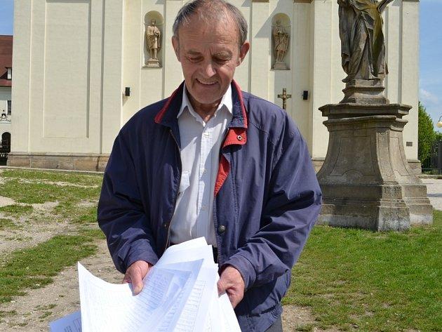Kostelník chrámu Nanebevzetí Panny Marie v Uherském Brodě František Mahdal ukazuje archy petice s podpisy věřících, kteří nesouhlasí s odchodem dominikánů z města.