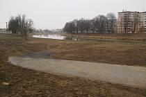 Břehy řeky Moravy v Uherském Hradišti doplňuje několik sjezdů, vedoucích téměř až k vodní hladině. Slouží k údržbě pro správce toku.