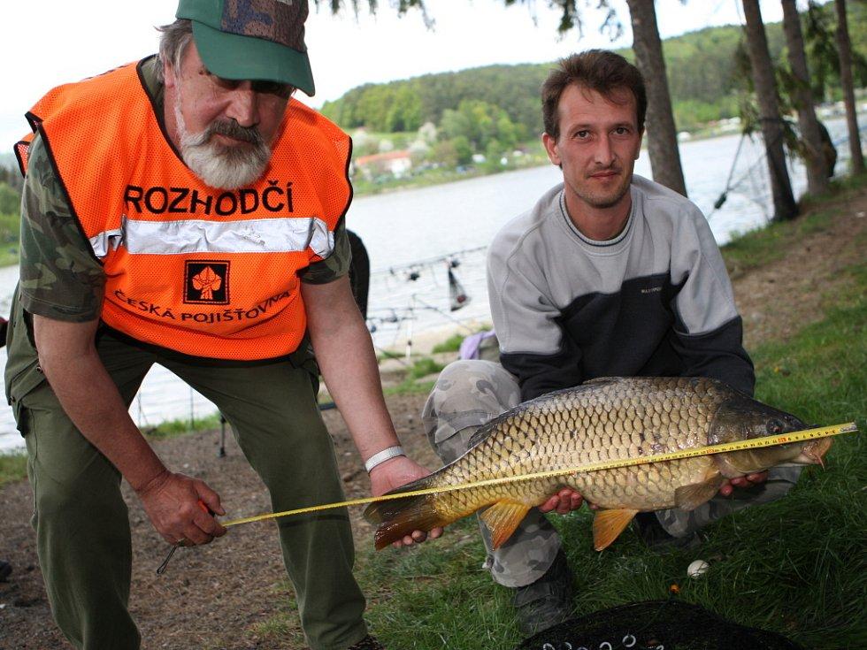 Petr Bartůšek z Brna chytil při víkendových rybářských závodech v Luhačovicích kapra o délce 72 centimetrů.