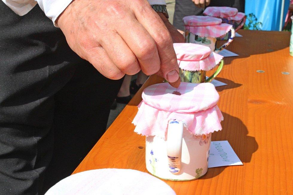 Malí zpěváčci se radovali z pamětních listů i malých keramických džbánečků. Ti nejlepší zvětších džbánečků ztupeské keramiky.