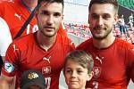 Záložník Slovácka Marek Havlík (vpravo) spolu s dalším odchovancem hradišťského klubu Michalem Trávníkem a malými fanoušky české 21ky.