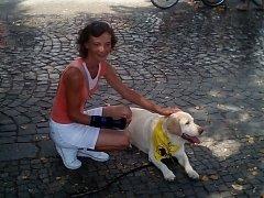 Petra Sobotová s jedním z pomocníků při canisterapii