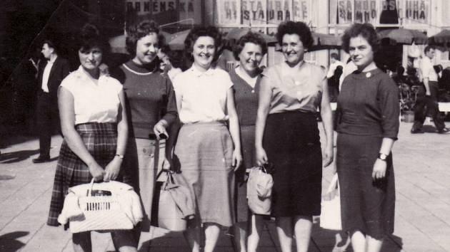 Polešovické přítelkyně na brněnském veletrhu, 60. léta.