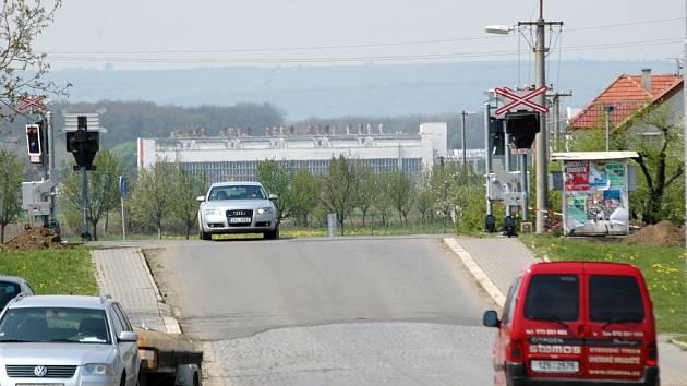 S montáží závor na železniční přejezd už pracovníci započali. Dokončit by ji měli do konce června.