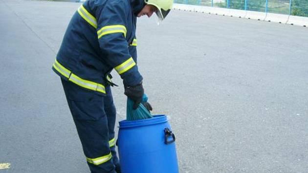 Rozbitá lahev             s bromem potrápila záchranáře.
