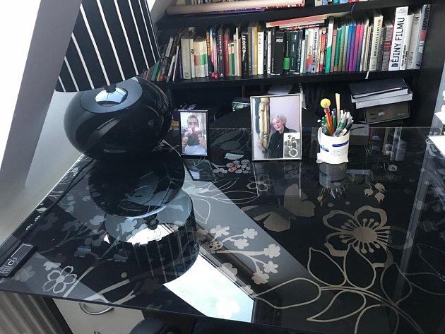 Můj pracovní stůl. Tady píšu, tady si čtu, tady přemýšlím a ikdyž bych neměl, tak tady občas ijím a pak dostanu vynadáno.