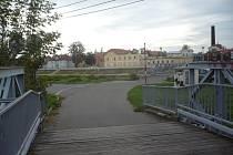 Lávku přes Baťův kanál denně využívají stovky pěších i cyklistů. Za několik dnů se ale uzavře kvůli důležité opravě.