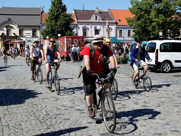 U Orlovny na Mariánském náměstí se sešlo třicet pět recesistů na bicyklech, aby se vydali na 39. ročník jízdy Giro de Pivko.