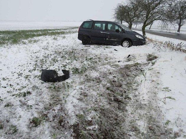 Hned několik řidičů se během pondělí 29. prosince dostalo na vozovce do smyku a došlo tak k dopravním nehodám.