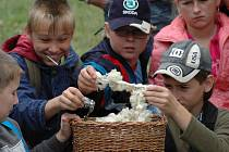 Především pro děti školou povinné připravili na celý tento týden v Archeoskanzenu Modrá ukázky ze života starých Slovanů.