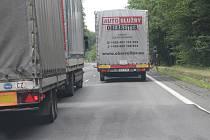 Ve Chřibech stojí kamiony i osobáky.
