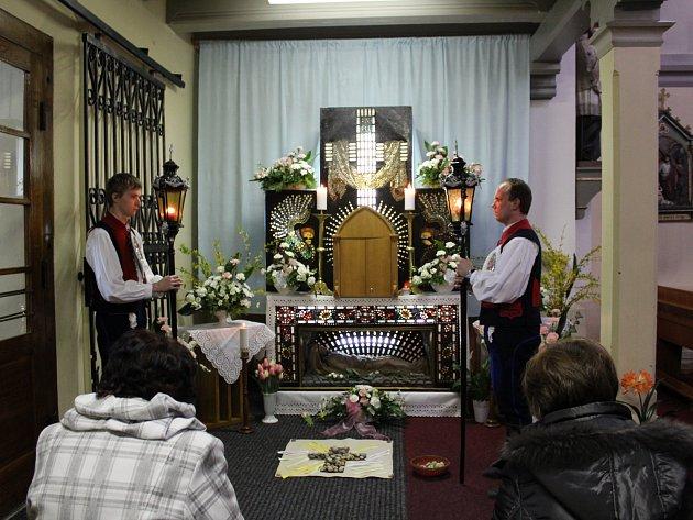 Mezi ministranty střežícími o Bílé sobotě Boží hrob v dolněmčanském kostele byli také bratři Vladimír a Lukáš Umlaufovi.