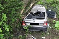 Bočním nárazem do kmenů stromů skončila nehoda, ke které došlo ve středu 14. května mezi Uherským Ostrohem a Moravským Pískem.