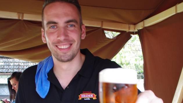Téměř 500 milovníků zlatavého moku, tedy více než kolika obyvateli se obec aktuálně chlubí, zaplnilo v sobotu 28. května odpoledne tamní venkovní areál Na Obecnici, aby ochutnali z nabídky dvou desítek piv sedmnácti tuzemských pivovarů.