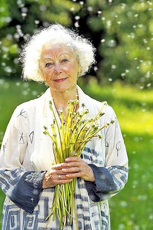 Květa Fialová je proslulá nejen svými brilantními hereckými výkony, ale také vrozenou pohodou, již rozdává.
