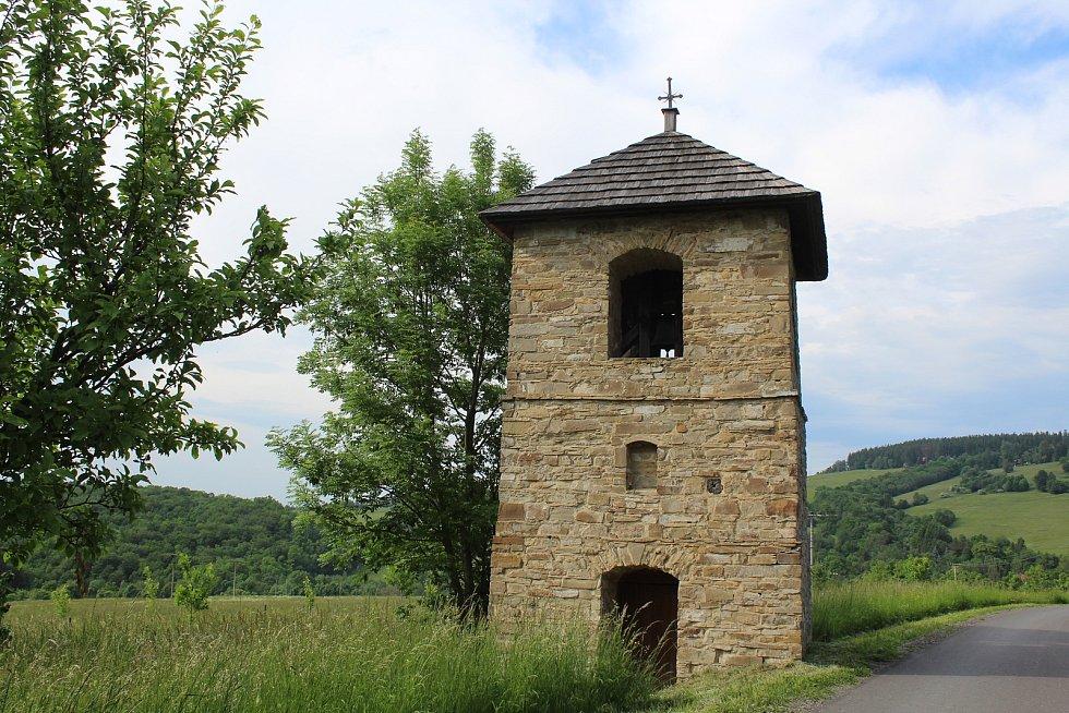 Na návštěvě v Lopeníku. Zvonice.