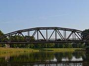 Řeka Morava v Uherském Hradišti. Železniční most.