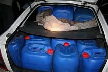 Zadržení muži přijeli na místo činu autem, v jehož kufru bylo vyrovnáno jednadvacet prázdných kanystrů, přečerpávací hadice a nářadí.
