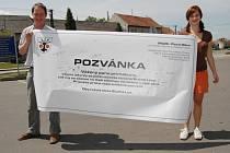 Občané Suché Lozi připojili svůj podpis na obří pozvánku.