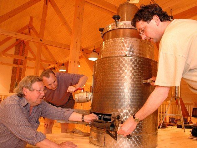 Jedním z exponátů buchlovického Muzea Podhradí je přístroj, na kterém se pálenka podomácku vyráběla.