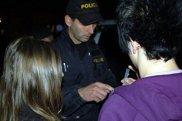 Policie kontrolovala, zda se v hospodách nenalévá mladým.