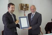 Rozhodnutí o udělení ratingu převzal od zástupce ratingové společnosti Petra Vinše (na snímku vlevo) starosta Uherského Hradiště Květoslav Tichavský.