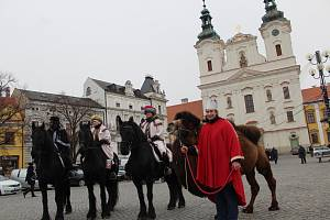 Tři králové na fríských koních z Ranče Nevada projeli Masarykovým náměstím v Uherském Hradišti, čímž symbolicky odstartovali charitativní Tříkrálovou sbírku. Letos je také doprovodil velbloud Paša.